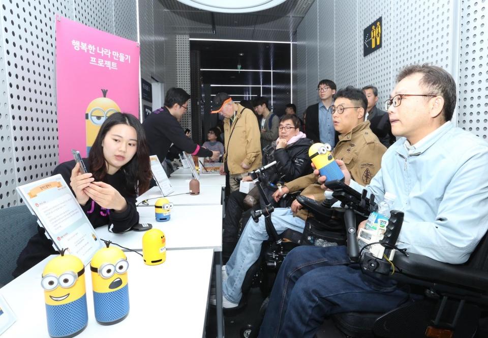 지체장애인이 우리집AI 스피커로 '장애인 콜택시', '교통약자용 지하철 정보' 서비스를 시연해보고 있다.