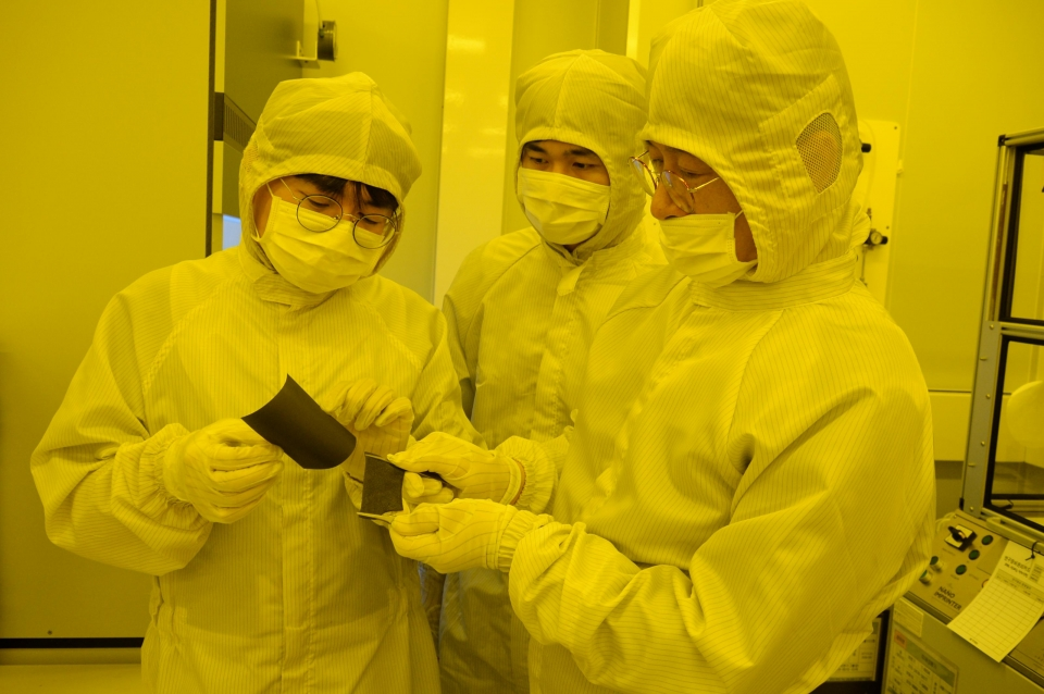 ETRI 연구진이 개발한 전자파 차폐 소재의 탄성 및 유연성을 시험하고 있는 모습(좌측부터 민복기 연구원, 탐반누엔 학생, 최춘기 책임 연구원)